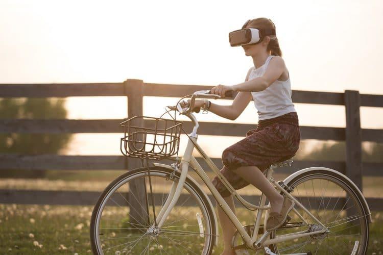 Cycliste avec un casque de réalité augmentée.